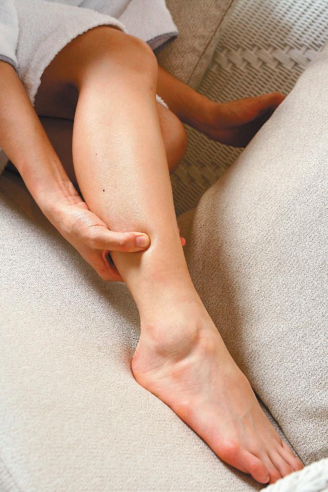 腳踝浮腫可能是腎臟疾病造成。(本報資料照片)