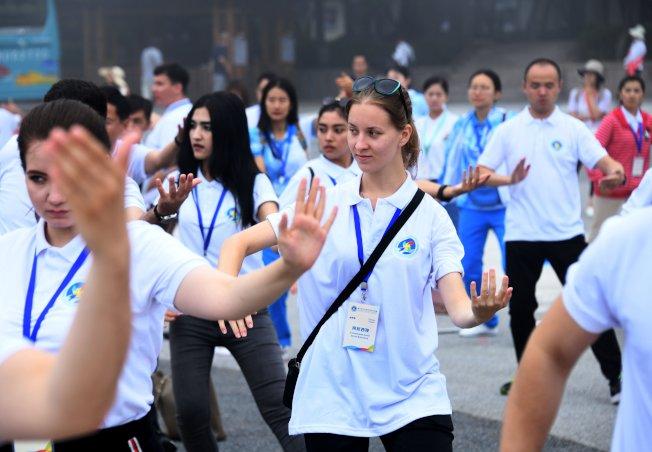 太極拳可以強身健體,很多洋人也學習太極拳。(新華社)