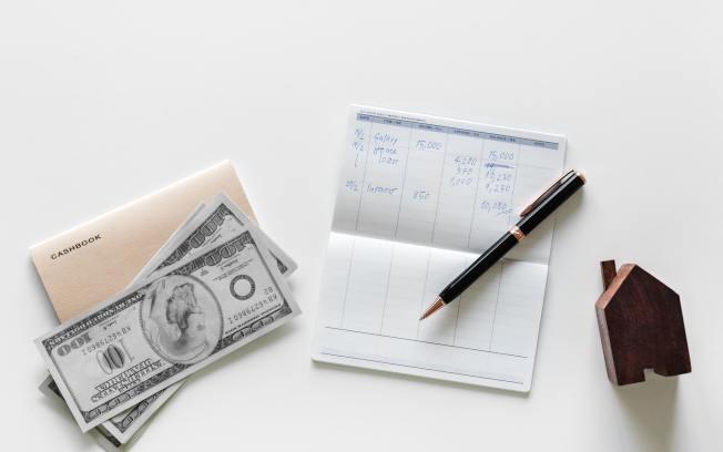 每年找一天,檢查自己的帳單和債務。(Pexels)。