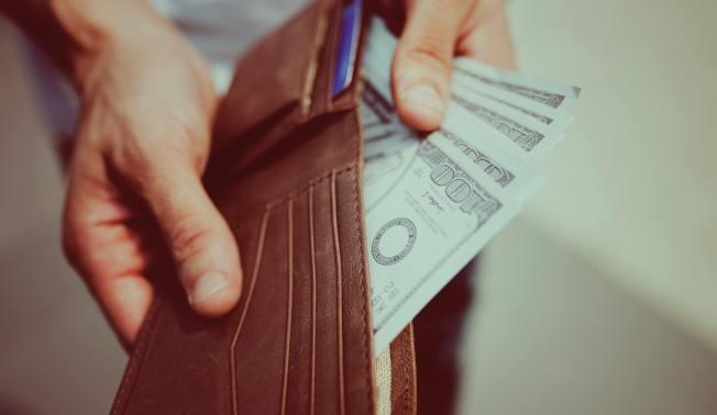 若想改掉亂花錢習慣,專家建議,改用現金消費。(Pexels)