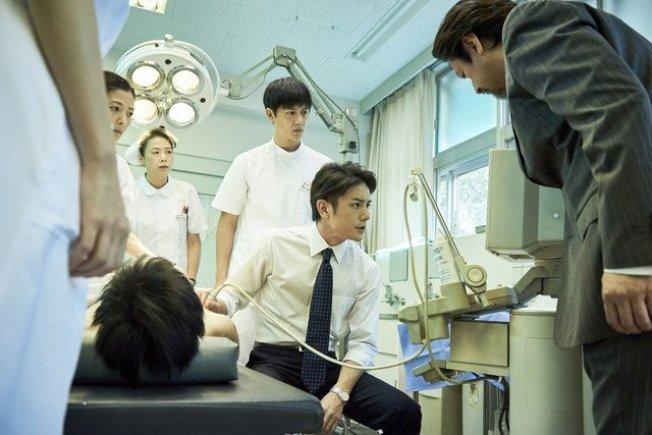 日劇《孤高的手術刀》取材自陳肇隆的真實故事。(截自WOWOW官網)