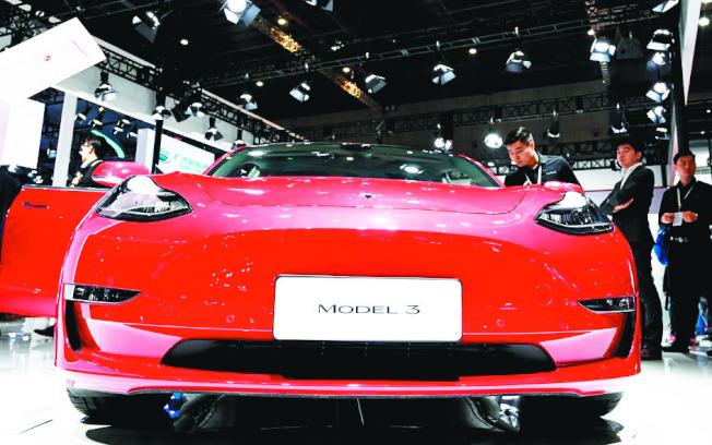 中國製造的特斯拉Model 3開始上線訂購。圖為4月中在上海車展展出的Model 3電動車。 (新華社)