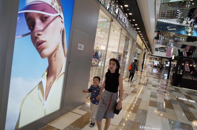 中美相互加徵關稅,外界擔憂全球最大兩個經濟體之間的貿易戰還將持續。圖為北京一家購物商城。(歐新社)