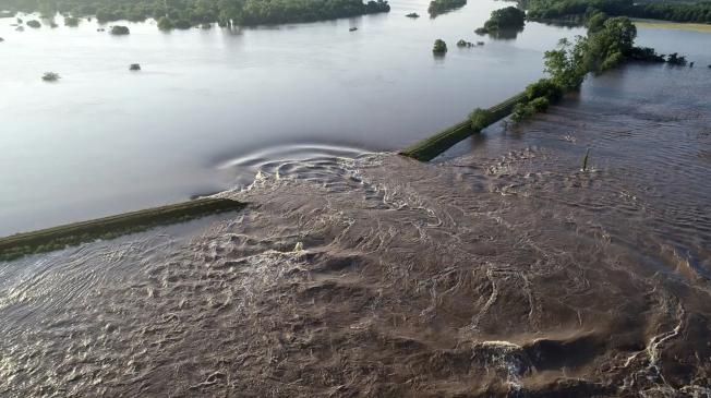 阿肯色河Dardanelle河段決堤,附近淹成一片汪洋。(美聯社)