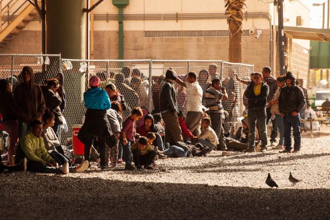 大批移民湧入,使全國各地的移民拘留中心都面臨巨大壓力。圖為等待當局處理的移民臨時拘押在德州艾爾帕索的橋下。(Getty Images)
