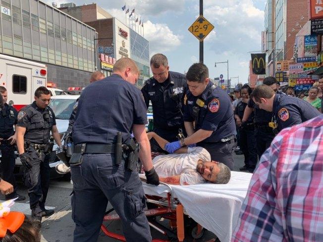 警方將滿臉是血、左臂受傷的遊民送往醫院救治。(記者賴蕙榆/攝影)