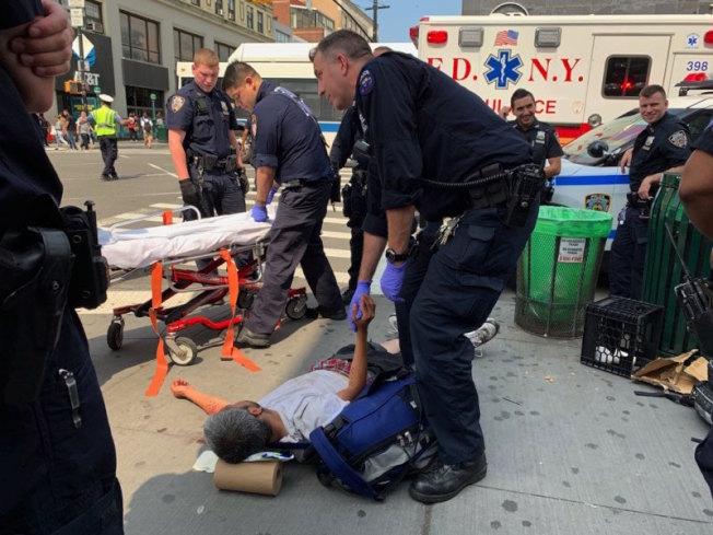 緬街遊民被暴打受傷倒地,警方趕到現場處理。 (記者賴蕙榆/攝影)