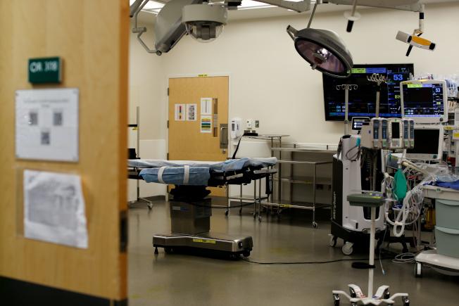 美國醫療開銷驚人,足以使人傾家蕩產。圖為馬里蘭州約翰霍普金斯醫院的手術室。(路透)