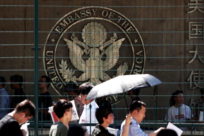 美國國務院證實推出新表格。圖為中國民眾在美國駐北京大使館前排隊等待簽證面試。(路透)