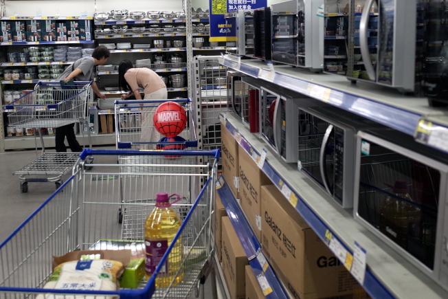 中国6月1日起对一系列价值600亿美元的数千种美国产品加徵关税,图为消费者在北京超市选购厨具产品。(欧新社)