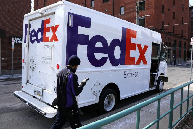 FedEx因誤送華為產品到美國,中國將調查FedEx。圖為美國街頭的FedEx貨車。(美聯社)