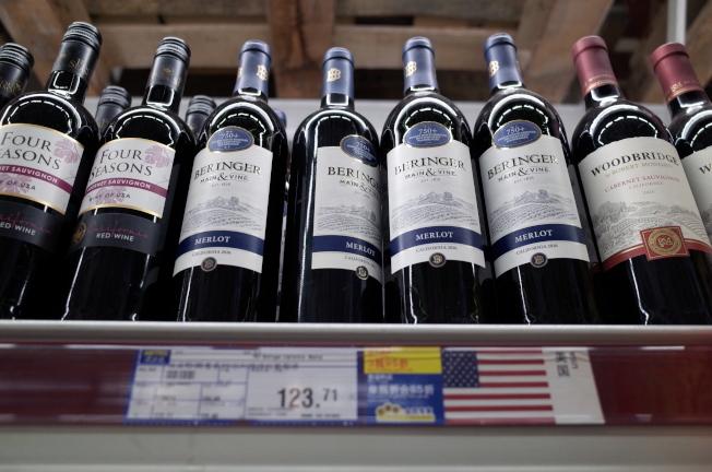 中國6月1日起對一系列價值600億美元的數千種美國產品加徵關稅,圖為消費者在北京超市陳列的美國進口紅酒。(歐新社)