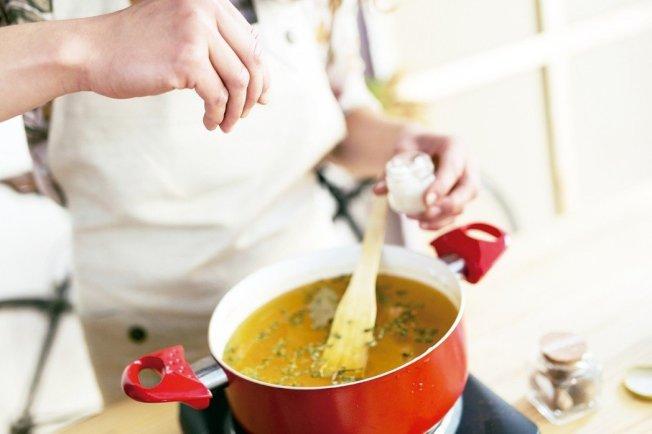 營養師建議生活中的減鈉方式,除了選擇天然食物,還有「少喝湯」,因為「湯是鈉的深淵!」 圖╱123RF
