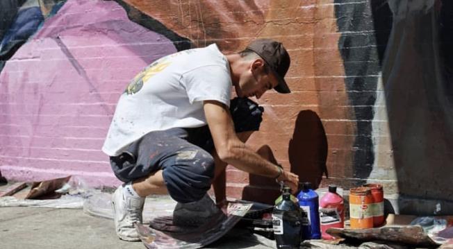 Safont自費在華埠街頭創作壁畫。(記者張晨/攝影)