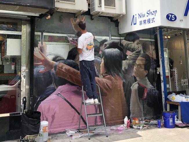 Nil Safont華埠創作「地鐵裡的華人移民」。(記者張晨╱攝影)