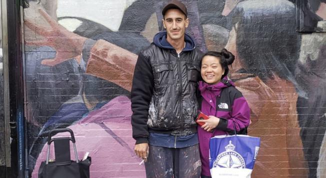 Nil Safont和過路的華人民眾合影。(記者張晨╱攝影)