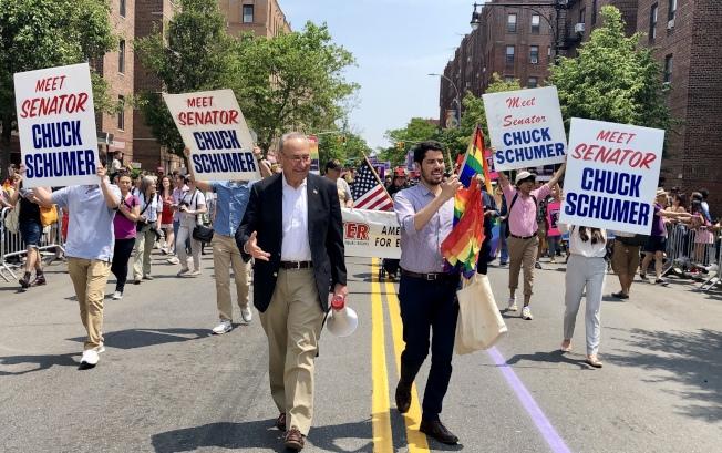 國會參議員舒默參加遊行。(記者朱蕾/攝影)