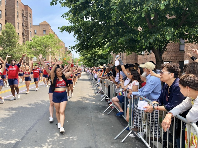 街道兩邊站滿了觀看遊行的民眾。(記者朱蕾/攝影)