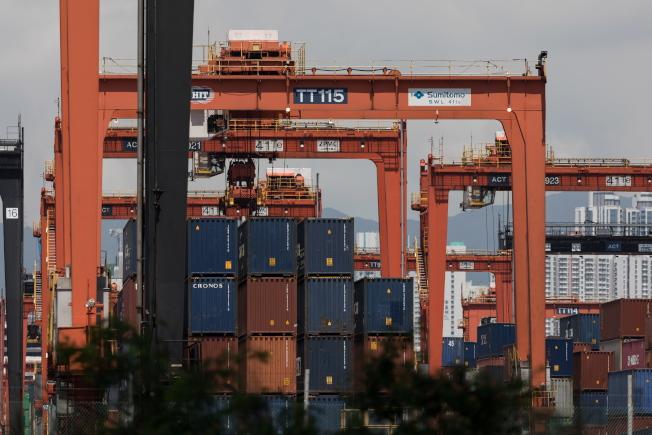 美國對中國貨加徵關稅後,中方也採取報復措施,僵局一時難解。圖為香港的葵青貨櫃碼頭。(歐新社)