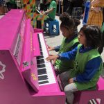 「唱響希望」50架特色手繪鋼琴紐約五大區街頭任彈奏
