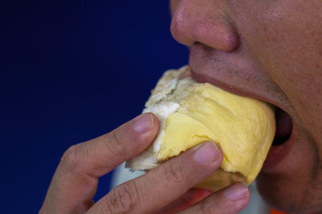 愛好榴槤的人把榴槤果肉比擬為濃稠的卡事達醬,帶有少量韭菜和焦糖發泡鮮奶油的味道。路透