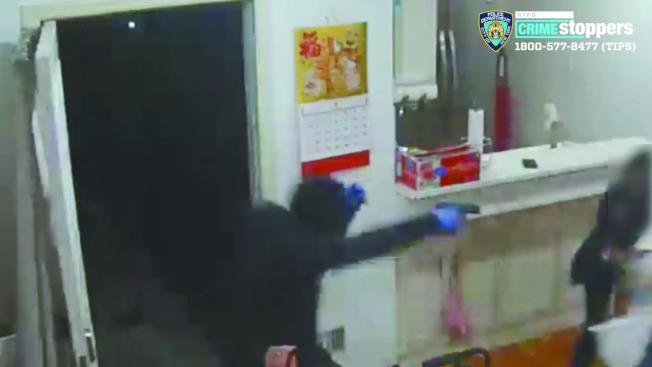 24歲男子丹尼爾日前在律師陪同下自首,圖為犯案時視頻截圖。(本報檔案照)