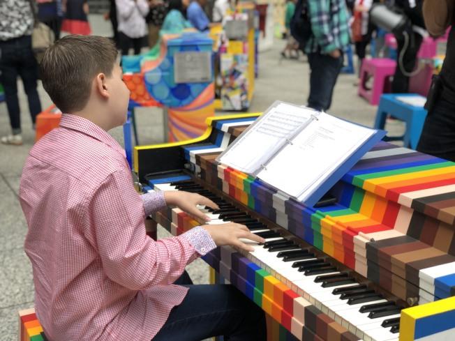 「小藝術家」自帶琴譜一展身手。(記者張晨/攝影)