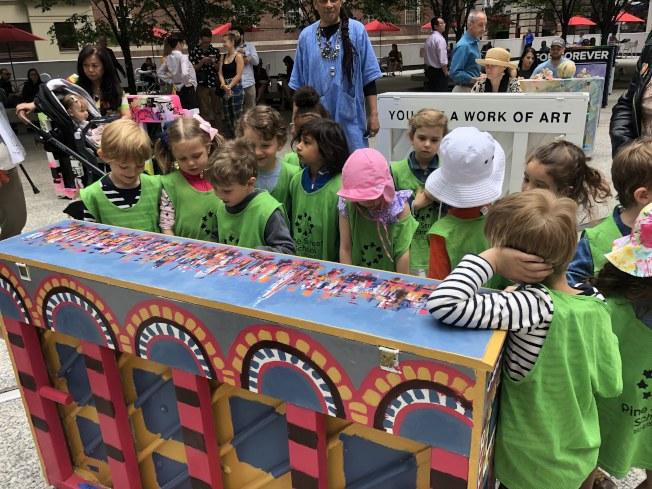 來自Pine Street School的一年級學生們試彈鋼琴。(記者張晨/攝影)