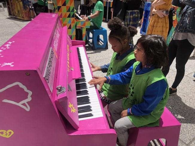 孩子們在老師的帶領下進行鋼琴初體驗。(記者張晨/攝影)