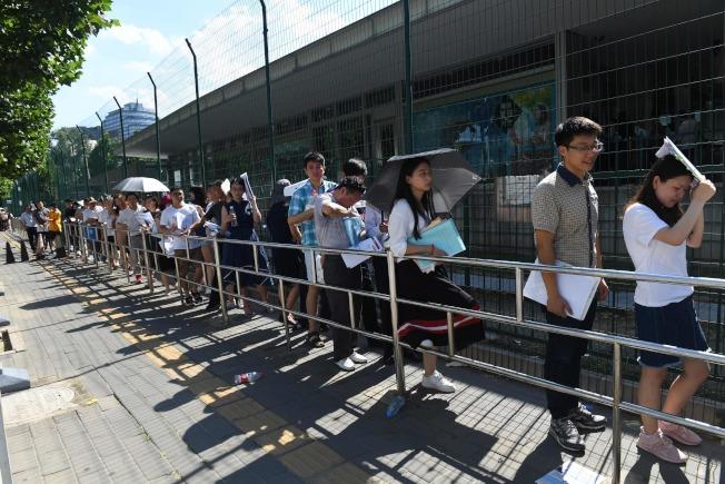 中國教育部發留學預警,表示今年前三個月公派生赴美留學被拒絕美國簽證的比率大增。圖為去年夏天在北京美使館外排隊等候申請美簽的人群。(Getty Images)