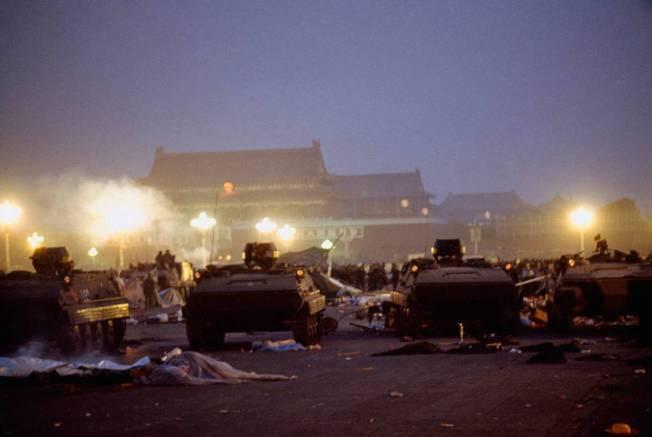 清晨5點半左右,多數人已撤出,6點左右,戒嚴部隊已完全控制天安門廣場;但周邊依然還有不願撤離民眾。矗立在廣場上的民主女神雕像,已在清場過程裡倒下。圖為法新社攝影,6月4日的清場時刻。 (Getty Images)