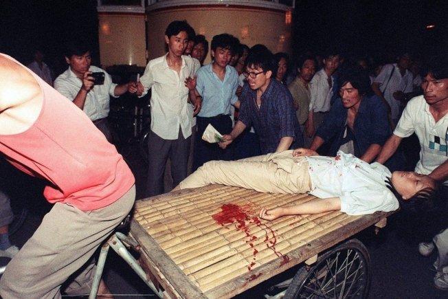 軍警開火後,中槍受傷的群眾正被送醫急救。 (Getty Images)
