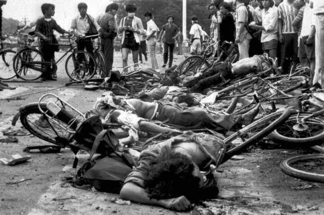 圖為美聯社攝影,6月4日,天安門廣場附近死亡的民眾。 圖/美聯社
