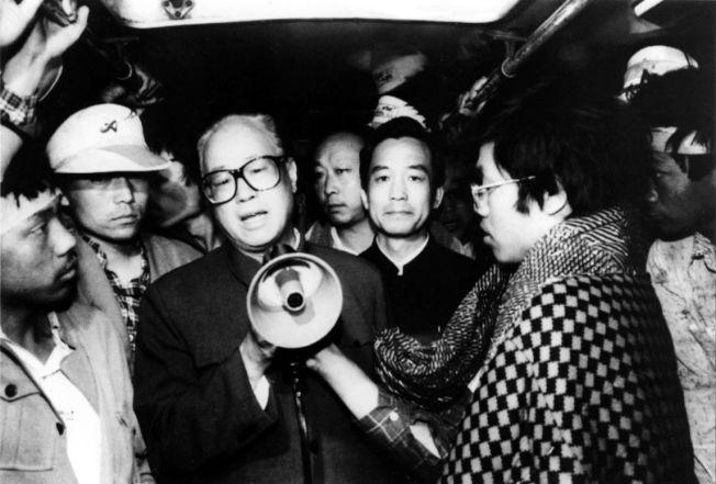 「活下去,你們不像我們,我們已經老了,無所謂了...。」1989年5月19日凌晨4點,北京天安門廣場,中共中央總書記——趙紫陽(持大聲公者)——趁著夜色前往廣場,探視絕食中的示威大學生。 圖/當時還能發這種照片的新華社