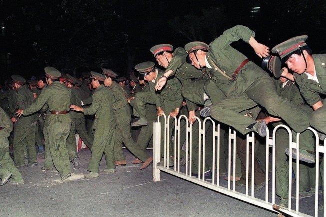 3日晚間,軍警的武力清場已經開始。(Getty Images)