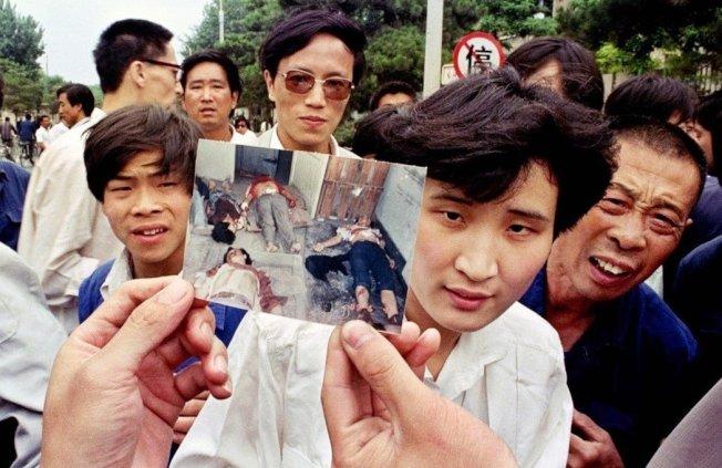 「六四天安門事件」的慘劇,世界看見了嗎?圖為1989年6月5日,民眾遭鎮壓的流血場面,照片對外曝光。 圖/美聯社