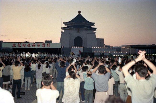 主辦原規劃,《兩岸對歌》活動的第一波高潮,將是3日晚間10點,由侯德健在北京連線台北,一同合唱《龍的傳人》;之後,廣場民眾將繼續守夜,直到6月4日清晨、黎明升起之際,再重新連線北京,與約定的蒙古族歌手——騰格爾——一對著日出合唱《你和太陽一同升起》。 圖/聯合報系資料圖庫
