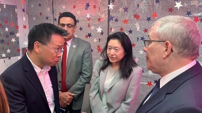 余鈿崧(左一)代表商家,向斯靜格(右一)說明商家面臨的挑戰,右二為李德怡。(記者賴蕙榆/攝影)