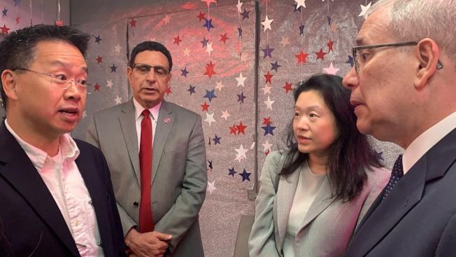 余鈿崧(左一)也代表商家,向斯靜格(右一)解釋商家所面臨的挑戰,右二為李德怡。(記者賴蕙榆/攝影)