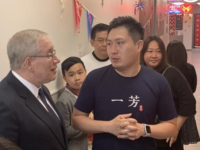 斯靜格參觀40路美食廣場的一芳台灣水果茶、霸王別姬、法拉盛雪糕行、龍蝦卷等商家。(記者賴蕙榆/攝影)