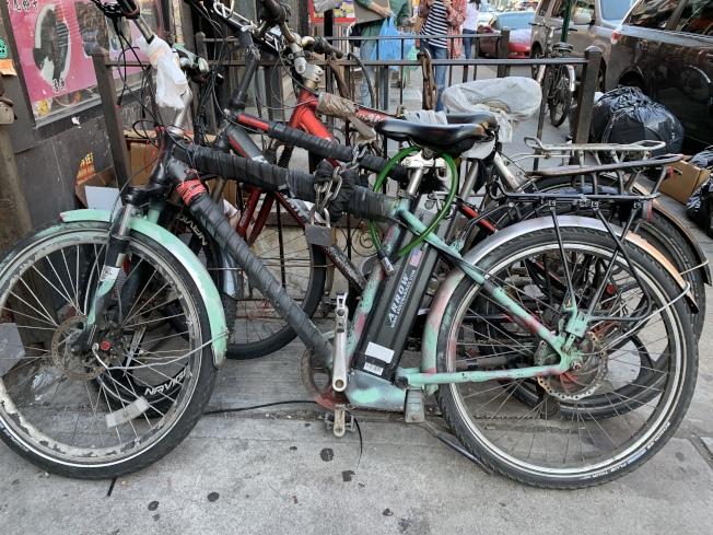 使用電單車的多是送餐移民。(記者劉大琪/攝影)