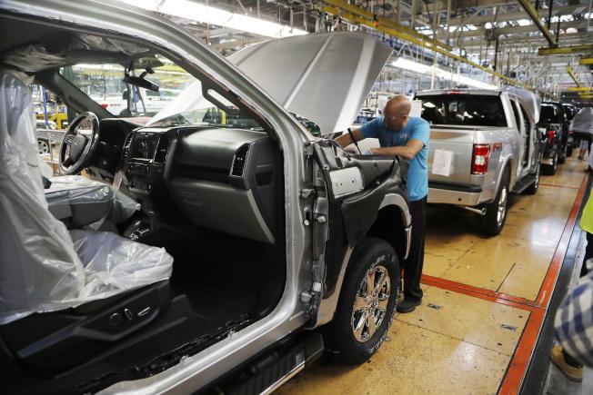 美國對墨西哥進口貨物加徵關稅,受衝擊的包括美國汽車工業,因許多汽車零件來自墨西哥。圖為福特汽車在密西根州迪爾朋的小卡車工廠。(美聯社)