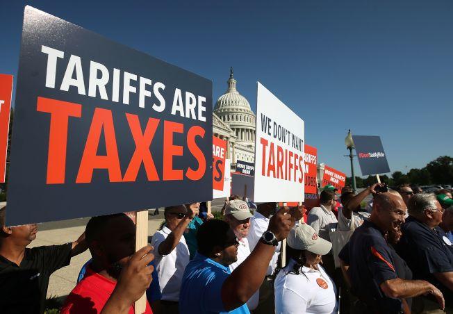 美國汽車工人去年在華府國會前示威,反對川普政府對進口汽車加徵關稅。(Getty Images)