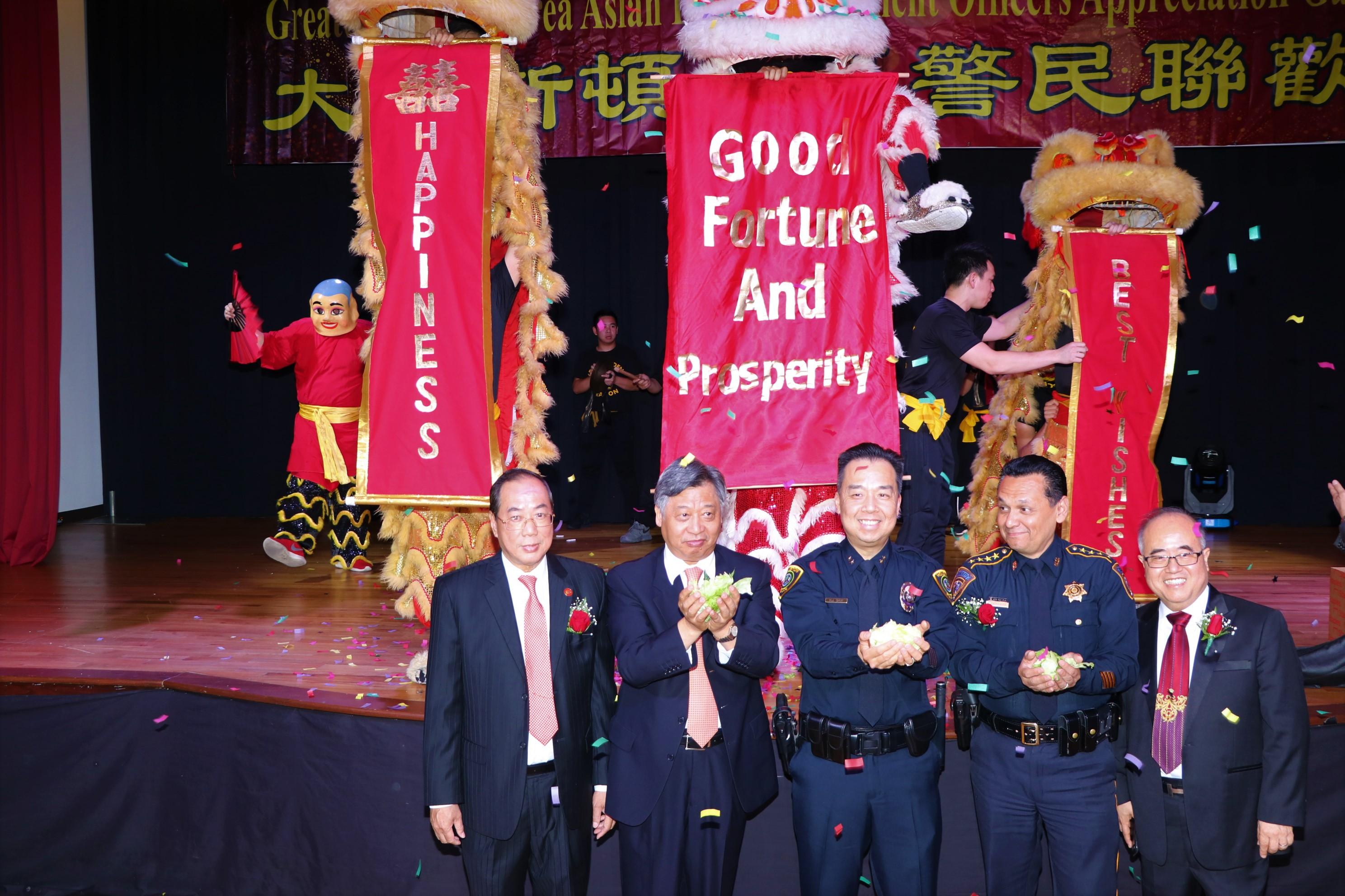 在陳灼剛(左一)、李雄(右一)兩位主辦人陪同下,中國駐休斯敦總領事李強民(左二起)、休士頓警局副警長Henry Gaw、哈瑞斯縣警長ED Gonzalez博得好彩頭。
