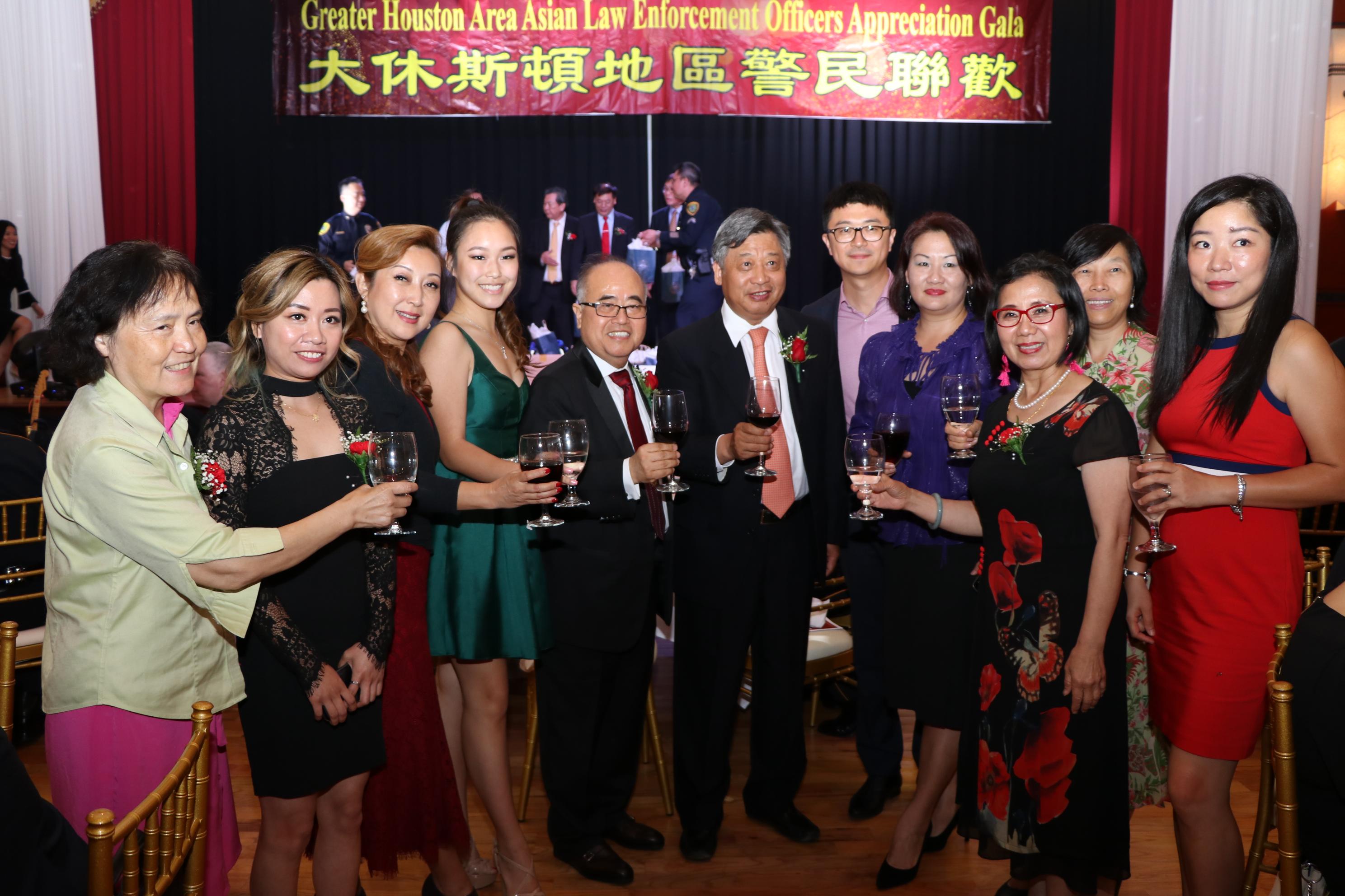 德州地產董事長李雄(左五)率員工與中國駐休斯敦總領事李強民(左六)合影。