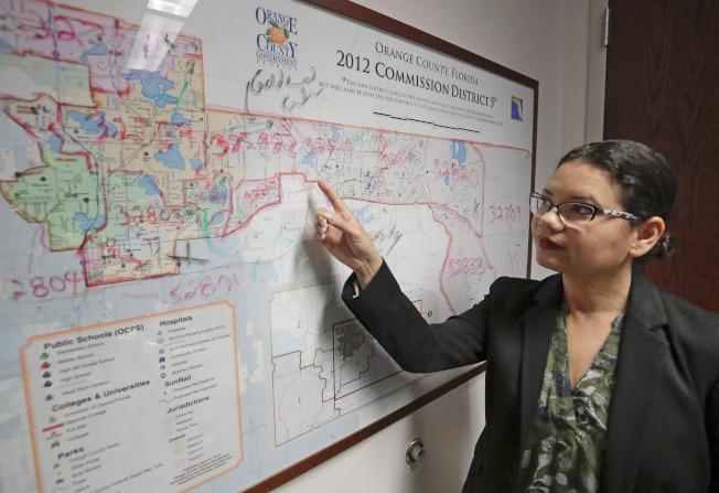 佛羅里達州橙郡委員艾蜜莉.波尼拉指著地圖表示,由於她的選區有很多不信任政府的移民、窮人、租客和鄉村居民,使她擔心明年的人口普查會少算該區人口。(美聯社)