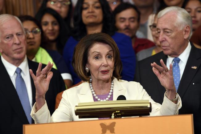 國會眾院4日傍晚通過移民法案,提供超過200萬無證客入籍途徑後,眾院議長波洛西(中)認為參院應會處理這項法案。(美聯社)