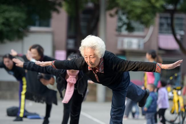 老年人注重力量、平衡和靈活性鍛鍊,可以降低嚴重受傷的機率。(中新社)