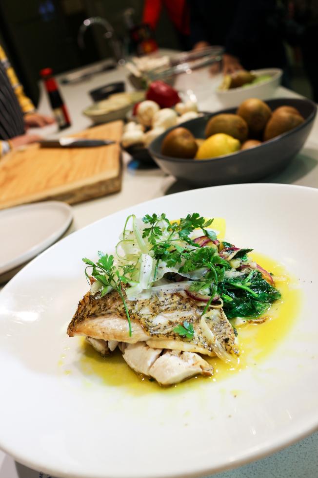 料理學校主廚Paulie Hooton以龍尖魚(Tarakihi) 搭配奇異果,相當美味。(記者陳昭妤/攝影)