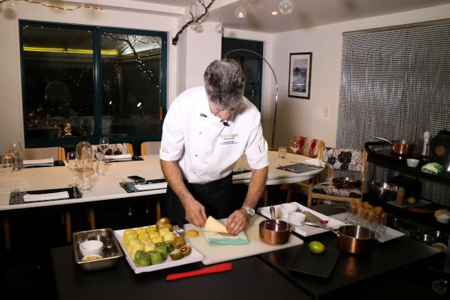 資深主廚Stephen Barry現場為我們示範各種奇異果菜色。(記者陳昭妤/攝影)
